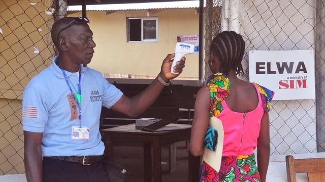 In gidanter medicinal mesira la fevra d'ina dunna ch'ha gì contact cun in mat infectà cun ebola.