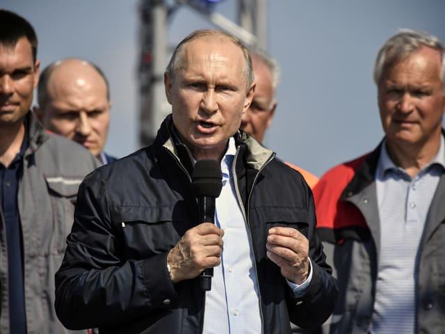 Putin bei einer Rede vor Brückenbauer