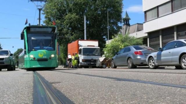 Blick auf ein 6er Tram in Allschwil auf der Baslerstrasse