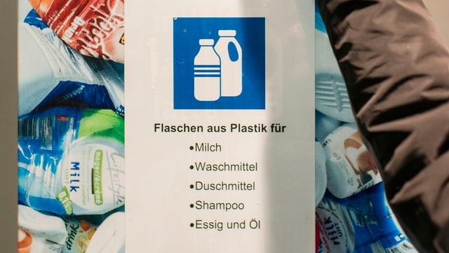 Sammelstelle für Flaschen aus Plastik.