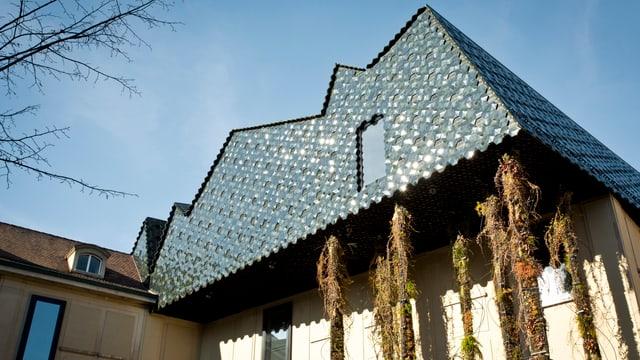 Blick auf das Aufgesetzte schwarze Dach des Museums der Kutluren
