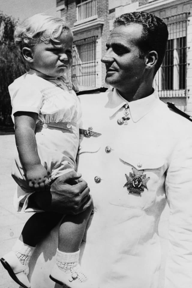 Juan Carlos I. hält seinen einjährigen Sohn Felipe auf dem Arm.