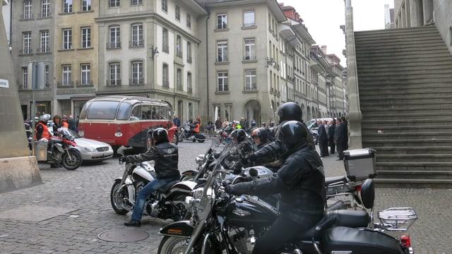 Abschied mit Oldtimer-Postauto und Motorrad-Getöse: Die scheidenden Oberländer Grossratsmitglieder liessen es krachen.