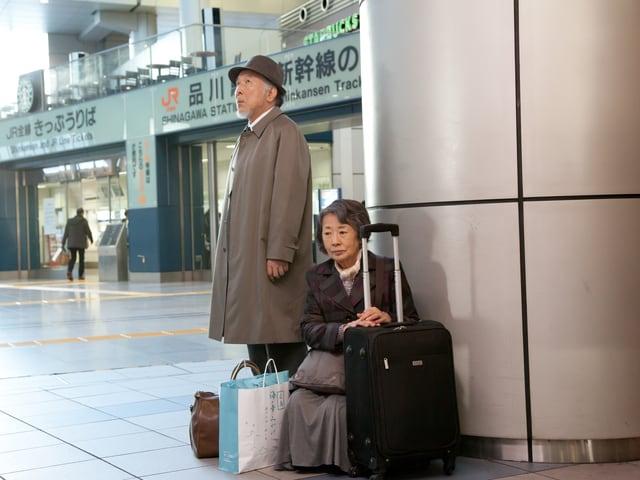 Ein älteres Paar wartet am Bahnhof in Tokyo.
