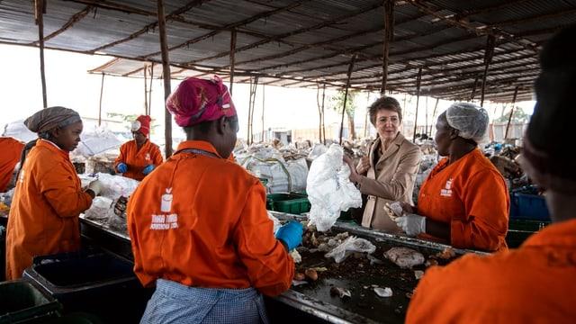 Sommaruga zu Besuch im Takataka-Recyclingprojekt