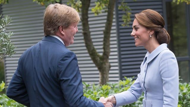 Herzogin Catherine und König Willelm Alexander schütteln sich die Hände.