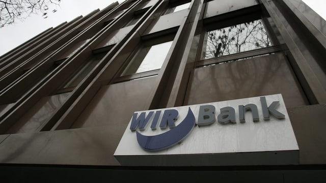WIR-Bank von aussen mit Logo an der Fassade.