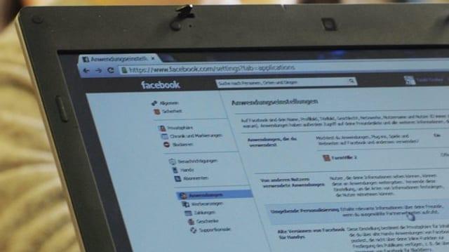 Ein Computer, wo das Netzwerk Facebook geöffnet ist.