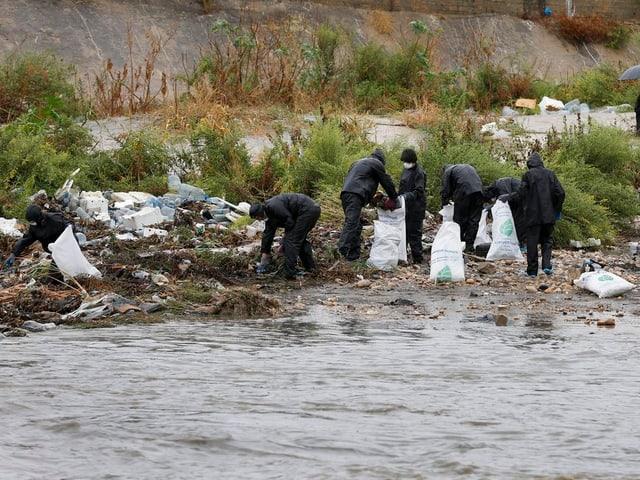 Aktivisten fischen Müll aus den Gewässern.
