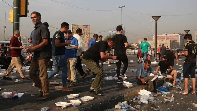 Demonstranten auf der Strasse essen