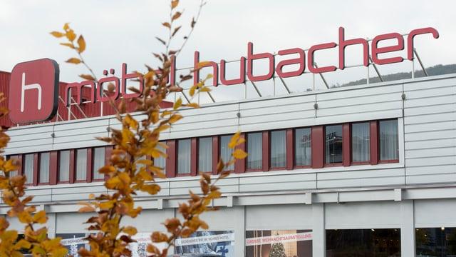 Firmengebäude Möbel Hubacher mit Logo auf dem Dach