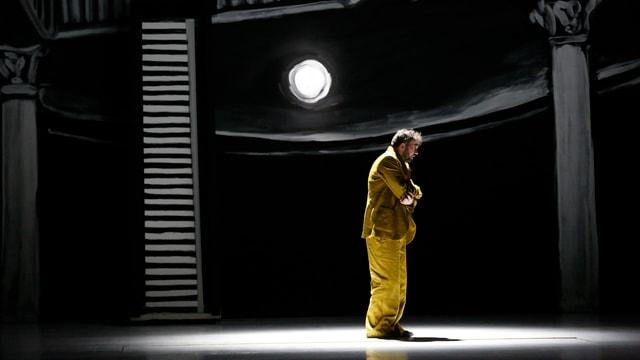 Robin Adams im Bühnenbild der Zauberflöte