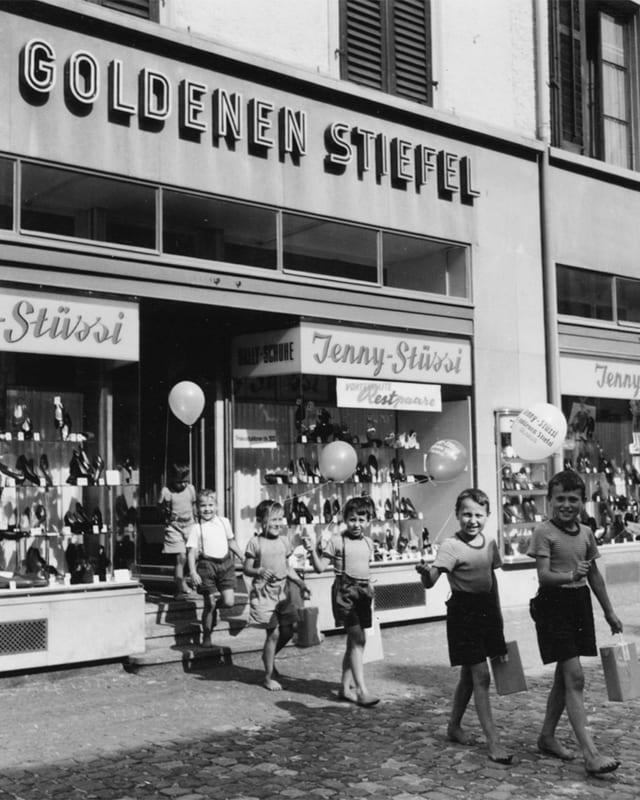 Ein altes schwarz weiss Foto des Goldenen Stiefels in Glarus .