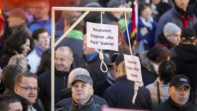 Selbstgebastelte Galgen an einer Pegida-Demonstration