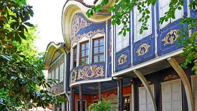 Ein Haus mit einer reich verzierten Fassade.