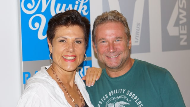 Würcher und Maja Brunner vor Musikwelle-Logo