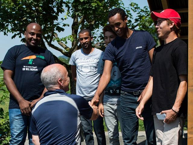 Bundesrat Ueli Maurer begrüsst die Asylsuchenden im Durchgangszentrum in Riggisberg.