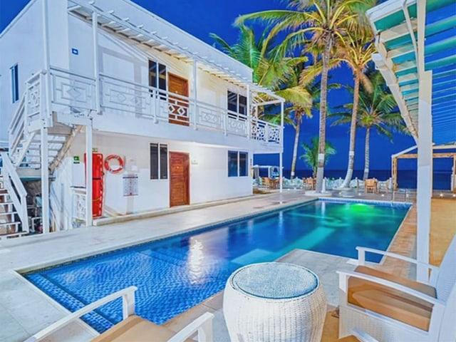 Schönes weisses Hotel mit Pool.