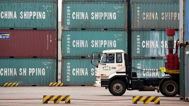 Lastwagen vor Containern aus China