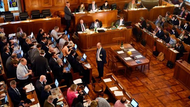 Mehrere Menschen im Ratsaal