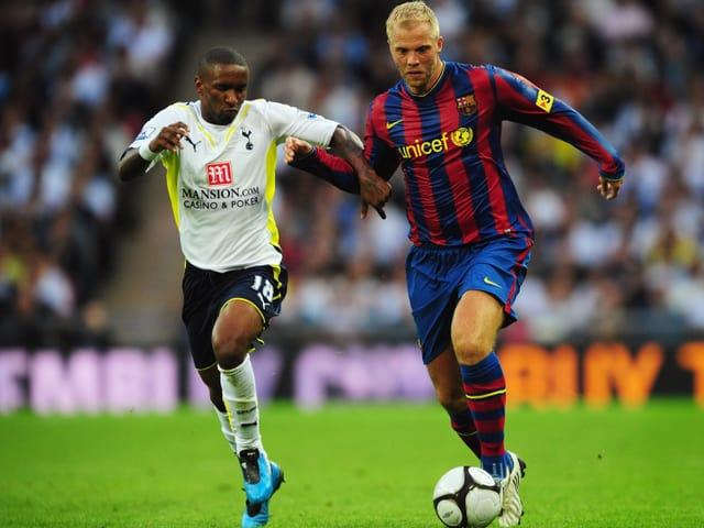 Gudjohnson im Duell mit Tottenhams Defoe.