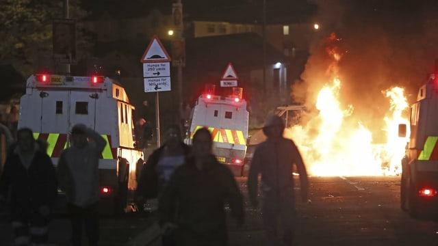 En il center da la citad nord-irlandaisa èsi da vesair fieu e polizists en acziun.
