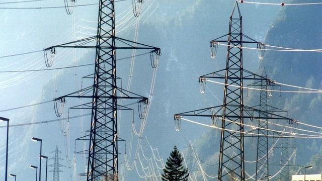 Strommasten bei Erstfeld im Kanton Uri