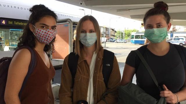 Frauen mit Maske am HB Zürich.