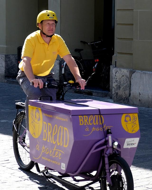 Der Bäcker Patrick Bohnenplust auf seinem eletrischen Cargobike