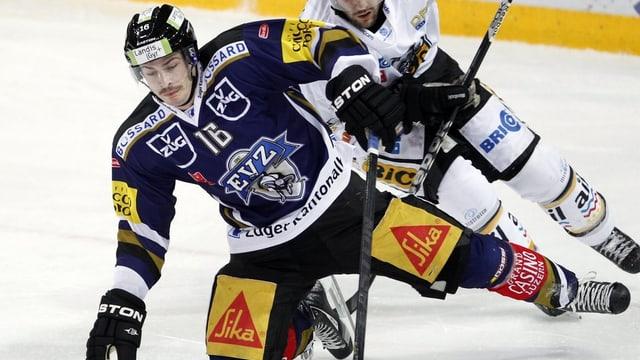 Eishockeyspieler im Kampf um die Scheibe