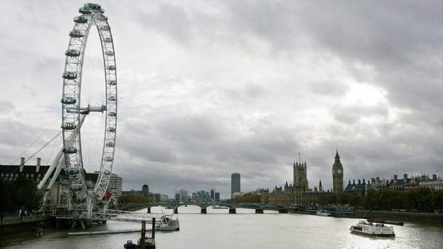 Ansicht von London mit dem Riesenrad London Eye und der Themse.
