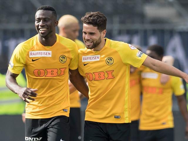 Die YB-Spieler Sekou Sanogo und Leonardo Bertone freuen sich.