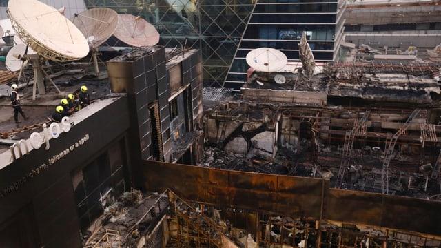 Blick von oben auf das völllige ausgebrannte Gebäude.