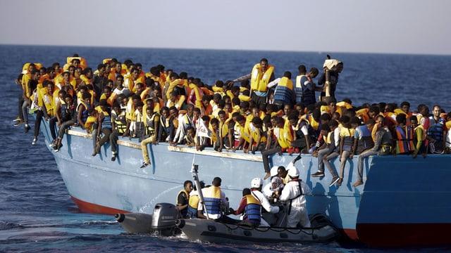 Schuldads talians salvan fugitivs tranter la Libia e l'Italia.