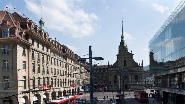 Die Berner Heiliggeistkirche, rechts und links andere Gebäude.
