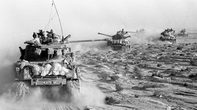 Israelische Panzer in der Wüste.