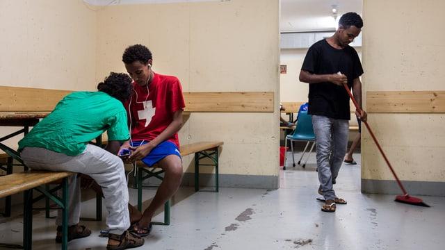 Asylbewerber in der Zivilschutzanlage Lumino.