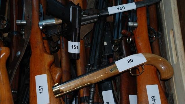 Eine Kiste voller alte Waffen.