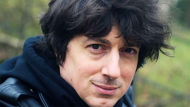Ein Mann mit dunklem Haar.