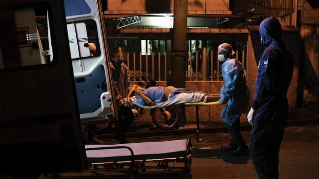 Ein Corona-Patient wird in einen Krankenwagen verladen.