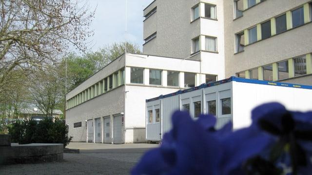 Aussenansicht der Wäscherei des Ostschweizer Kinderspitals mit den Visieren auf dem Dach