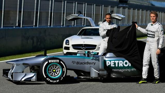 Hamilton und Rosberg enthüllen den neuen Mercedes.
