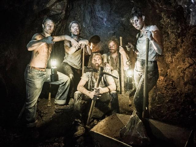 Die fünf Bandmitglieder posieren als Mineure im Berg.
