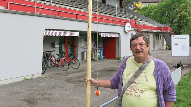 Heinz Käppeli vor der Landhof-Tribüne