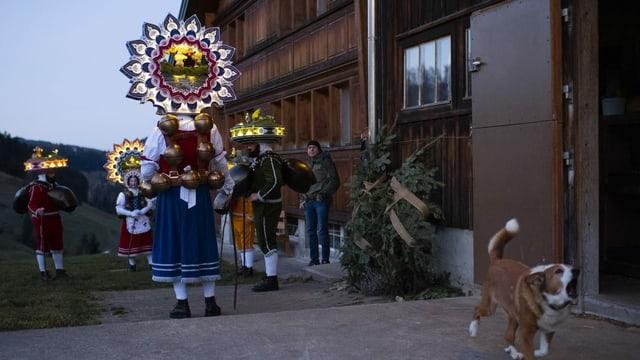 Die Silvesterchläuse in Urnäsch unterwegs.