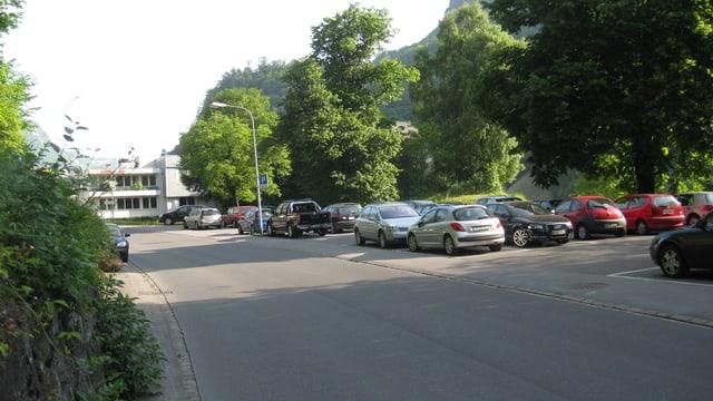 Ein Parkplatz, auf dem diverse Autos abgestellt sind.