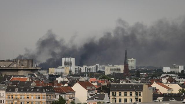 Schwarze Rauchwolken über der Stadt