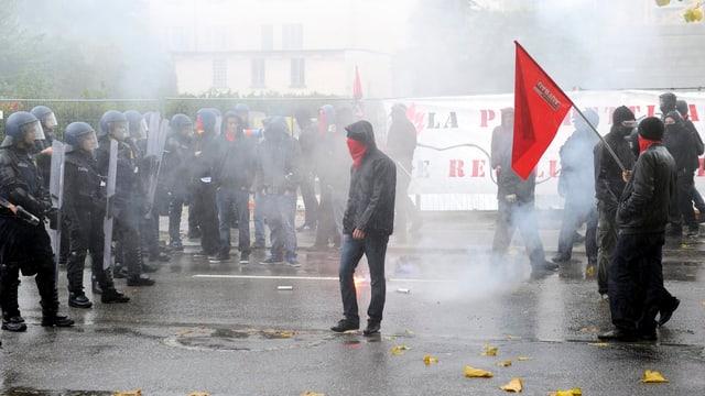 Vermummte Demonstranten treffen auf Polizisten