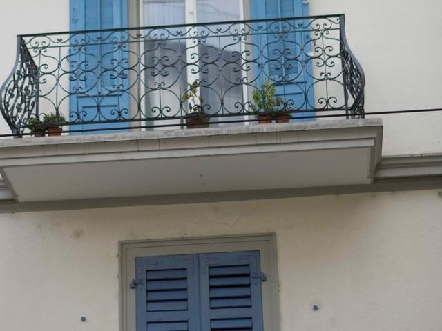 Ein Haus mit offenen und geschlossenen Fensterläden