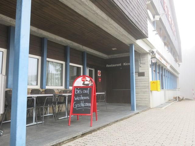 Schild «bis auf weiteres geschlossen» vor dem Berghaus Gurnigel.